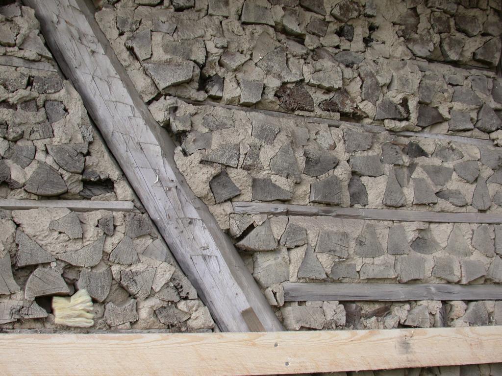 Isolasjonen i veggene i kubbehuset.